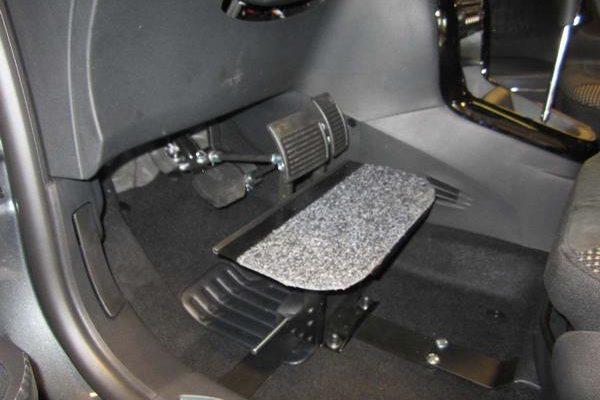 Pédale rehaussée dans une voiture adaptée