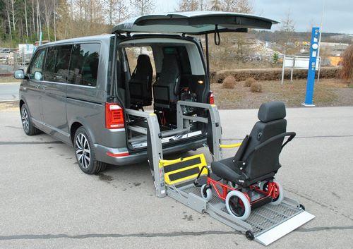 Véhicule adapté pour le chargement d'une chaise roulante