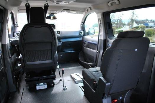 Plancher en aluminium et résine anti-dérapante dans la Peugeot Traveller
