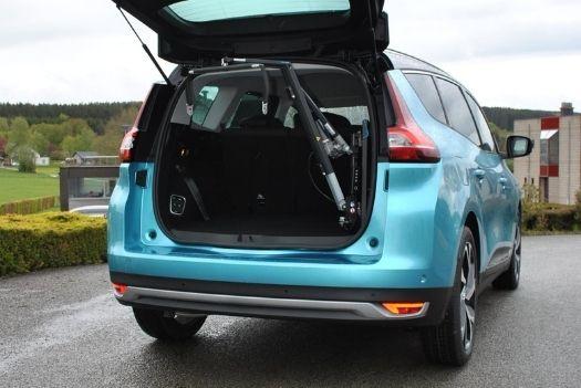 Transfert et chargement de chaise roulante sur une Renault Grand Scenic